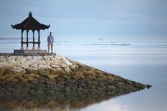Человек остается на пристани в Индонезии Стоковая Фотография