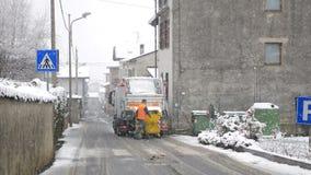 Человек отброса работает под снегом видеоматериал
