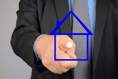 Человек отжимая виртуальную кнопку в форме дома стоковое фото rf