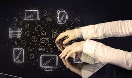 Человек отжимая интерфейс касания руки таблетки таблицы с значками средств массовой информации Стоковое Изображение
