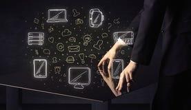 Человек отжимая интерфейс касания руки таблетки таблицы с значками средств массовой информации стоковая фотография rf