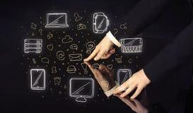 Человек отжимая интерфейс касания руки таблетки таблицы с значками средств массовой информации стоковое фото rf