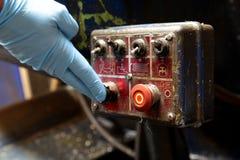 Человек отжимая кнопку на промышленной машине Стоковая Фотография