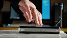 Человек отключая антенны от маршрутизатора WiFi видеоматериал