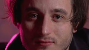 Человек отравленный лекарством с красными глазами смотря в камеру, расточительствуя жизнь на партии сток-видео