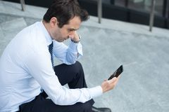 Человек отчаяния и поломанный дисплей мобильного телефона стоковое фото