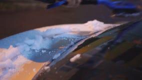 Человек очищает автомобиль видеоматериал