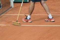 Человек очищает линию тенниса на суде глины Стоковые Фото