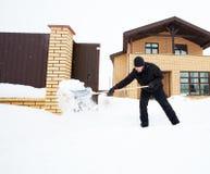 Человек очищает лопаткоулавливатель снега Стоковое Изображение RF