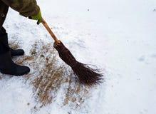 Человек очищает снег стоковые фотографии rf