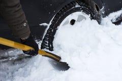 Человек очищая автомобиль от лопаткоулавливателя снега Стоковая Фотография