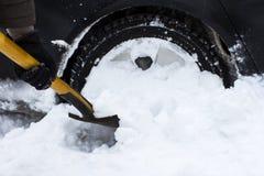Человек очищая автомобиль от лопаткоулавливателя снега Стоковые Изображения