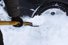 Человек очищая автомобиль от лопаткоулавливателя снега Стоковые Фотографии RF