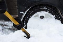 Человек очищая автомобиль от лопаткоулавливателя снега Стоковая Фотография RF