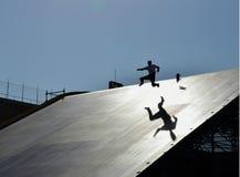 Человек падая на скейтборд стоковое изображение rf