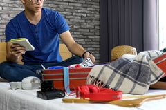 Человек пакуя багаж для подготовки для их путешествия стоковые изображения
