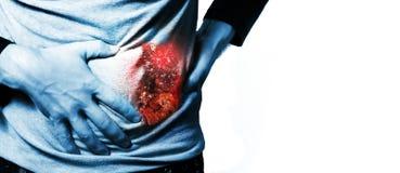 Человек, парень в белой футболке на руках на его животе, камнях в почках, боли белых владением предпосылки печени Стоковые Изображения