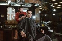 Человек парикмахера режа Стоковое Фото