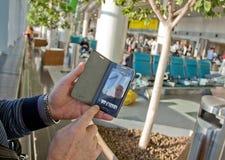 Человек пенсионного возраста в аэропорте стоковое изображение rf