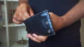 Человек переучитывает деньги в бумажнике руки конца человека вверх видеоматериал