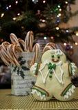 Человек печенья стоит около его красных Striped тросточек конфеты Стоковое фото RF