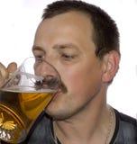 человек пива выпивая Стоковые Изображения RF