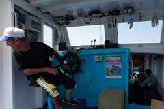 Человек пилотируя морской сосуд стоковые изображения rf