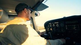 Человек пилотируя самолет, конец вверх видеоматериал