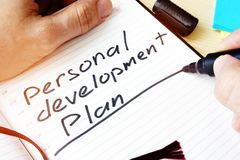 Человек писать личный план развития Стоковое Изображение