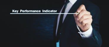 Человек пишет текст индикатора ключевой производительности на экране стоковое изображение rf