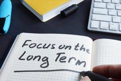 Человек пишет фокус на долгосрочности стоковые изображения rf
