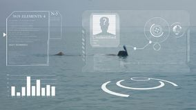 Человек плавает на голубом море со шноркелем и маской HUD Концепция искусственного интеллекта и биометрического ухода за лицом акции видеоматериалы