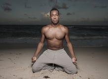 человек пляжа выполняя йогу Стоковая Фотография RF
