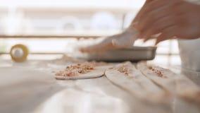 Человек подготавливает очень вкусные традиционные турецкие торты Pida 4K акции видеоматериалы