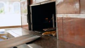 Человек подготавливает очень вкусные традиционные турецкие торты Pida 4K сток-видео