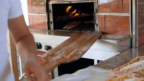 Человек подготавливает очень вкусные традиционные турецкие торты Pida 4K видеоматериал