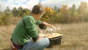 Человек подготавливает quadrocopter для полета сток-видео