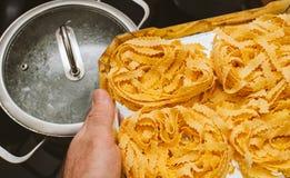 Человек подготавливая закипеть итальянские макаронные изделия яичка Стоковое Изображение