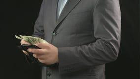 Человек подсчитывая доллары в бумажнике Сбережения денег, экономика, наличные деньги сток-видео