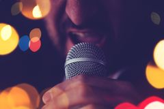 Человек поет караоке в баре Стоковое Изображение