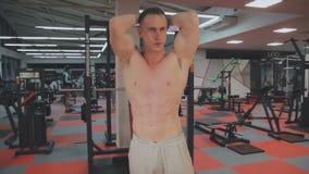 Человек показывает подбрюшные мышцы после тренировки в спортзале видеоматериал