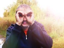 Человек показывает руки стекел, смешной портрет Стоковое Изображение RF