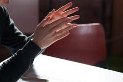 человек показывать руки на деловой встрече Стоковое Изображение