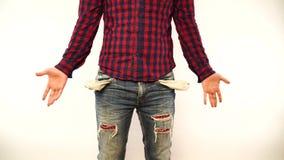 Человек показывая его пустые карманы, поворачивая его карманы внутри - вне Портрет грустного Гай, изолированный на белой предпосы акции видеоматериалы