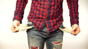 Человек показывая его пустые карманы, поворачивая его карманы внутри - вне Портрет грустного Гай, изолированный на белой предпосы видеоматериал