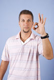 Человек показывая одобренный знак Стоковая Фотография RF