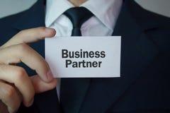 Человек показывая слово делового партнера на визитной карточке Бизнес Стоковая Фотография RF