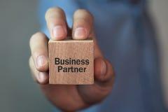 Человек показывая текст делового партнера на деревянном кубе Бизнес Стоковая Фотография RF