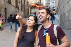 Человек показывая что-то изумляя к его девушке Стоковая Фотография RF
