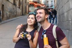 Человек показывая что-то изумляя к его девушке Стоковые Фотографии RF